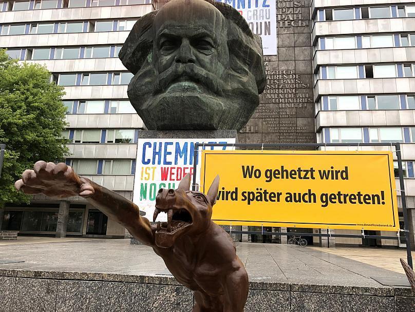 مجسمه «گرگی با سلام هیتلری» در اعتراض به نئونازی های آلمان