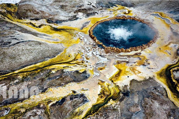 چشمه آب گرم پارک ملی یلواستون در آمریکا