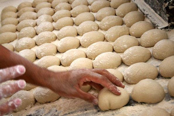 پخت روزانه ۱۰۰ هزار قرص نان برای حادثه دیدگان زلزله کرمانشاه