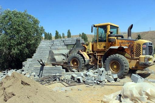 قلع وقمع 4 مورد از ساخت وسازهای غیرمجاز در اراضی کشاورزی روستاهای سیوان و شوردرق شهرستان مرند