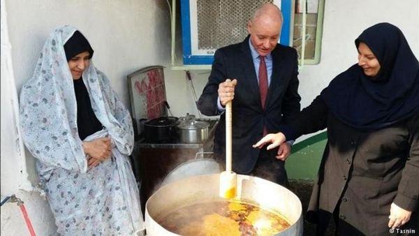 سفیر آلمان پای دیگ آبگوشت/ عکس