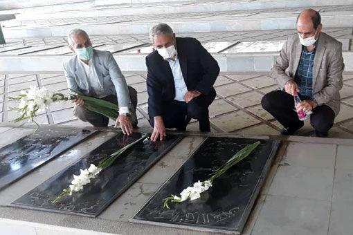 مزار شهدای سنگر سازان بی سنگر شهرستان مرند غبار روبی و گلباران شد
