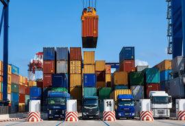 بارگیری روزانه ۲۰۰۰ کامیون کالای اساسی از گمرک بندر امام