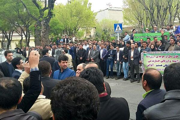 تجمع جمعی از کارگزاران بیمه کشاورزی مقابل مجلس