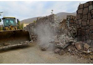 تخریب دیوارکشی غیرمجاز در اراضی زراعی